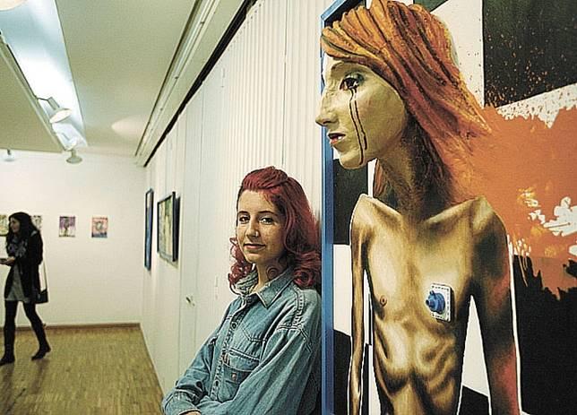 Elisa Gómez junto a una de sus obras. Foto Rueda Villaverde | La Tribuna de Ciudad Real