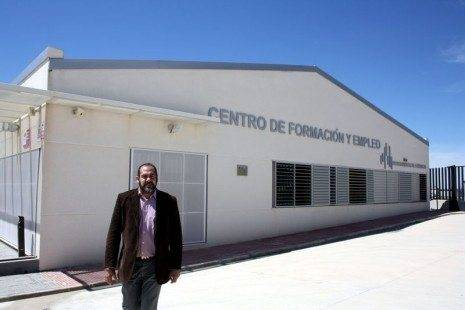 Jesús Fernández ante el Centro Formacion y Empleo de Herencia