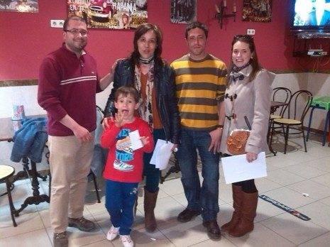Miembros de la Asociación de Amigos del Vino junto a los propietarios del bar ganador