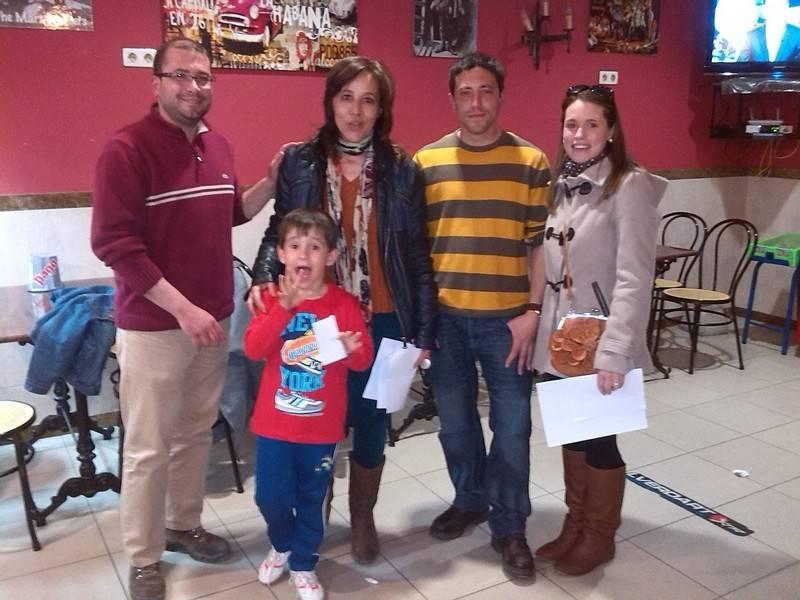 Miembros de la Asociación de Amigos del Vino junto a los propietarios del bar ganador - El bar Cervantes se alza con el premio a la mejor tapa
