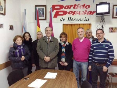 Sebastian García junto a miembros y simpatizantes del PP de Herencia