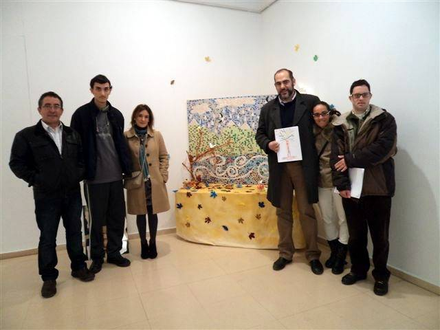 """Miembros del Centro Ocupación """"El Picazuelo"""" de Herencia junto a Jesús Fernández en la exposición """"Valorarte"""" en Ciudad Real"""