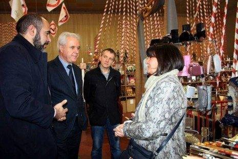 7 HERENCIA foto 4 alcaldes y vicepresidente con una comerciante expositora
