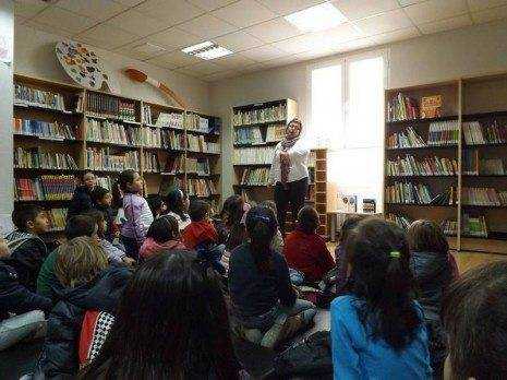 Escolares de Herencia asisten a una sesión de cuentos en la biblioteca