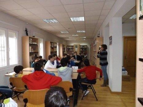 Un grupo de escolares conocen los recursos de la biblioteca municipal de Herencia