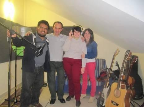 miembros de Cis Adar junto a Roberto Vega 465x348 - Caricia será el nuevo disco de Cis Adar