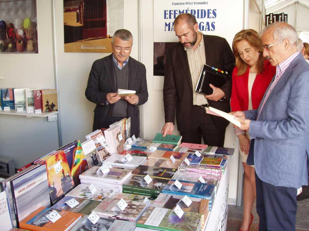 Jesus Fernández visita el stand de la diputación en la Feria del Libro de Ciudad Real