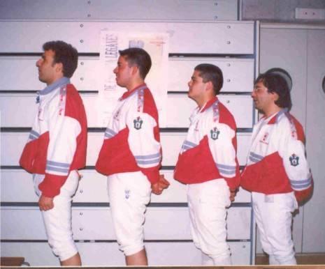Miembros del primer equipo de espada absoluto del club de esgrima Dumas