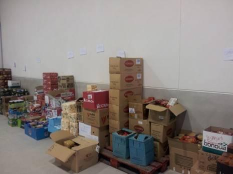 herencia reparto alimentos aa 465x348 - El banco de alimentos de Herencia ayudará a 160 familias