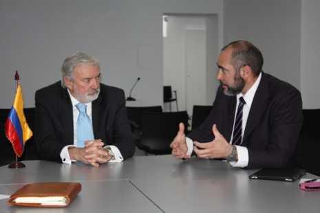 Jesús Fernández junto al embajador de Colombia