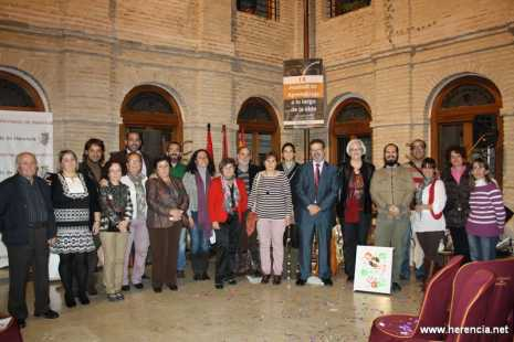 Monitores y coordinadora de la UP de Herencia junto al alcalde de la localidad, la concejal de educación y cultura  y el presidente de la diputación