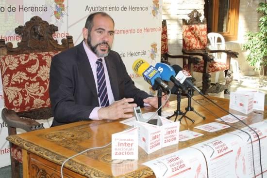 Jesús Fernández Almoguera alcalde de Herencia 1 - Presentadas las Jornadas de Internacionalización para fomentar el comercio exterior de Herencia