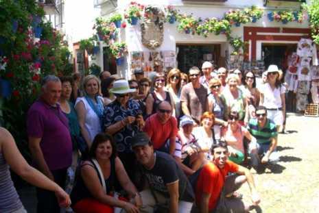 """Los miembros de los Clubes de Lectura de la Biblioteca Municipal """"Miguel de Cervantes"""" de Herencia (Ciudad Real), despiden un curso más visitando la ciudad de Córdoba después de un año de lecturas compartidas.  Un total de 51 participantes disfrutaron de esta emblemática ciudad y recorrieron los escenarios en los que está ambientada la novela """"La mano de Fátima"""", del escritor barcelonés Ildefonso Falcones, libro que, por otra parte, resultó el más valorado entre las siete novelas leídas en el club de lectura """"Castillos de cartón"""""""