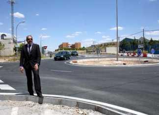 Jesús Fernández ante la nueva rotonda de Herencia