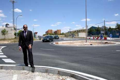 herencia rotonda con alcalde y residencia mayores al fondo 465x310 - Terminada la rotonda de acceso al polígono industrial