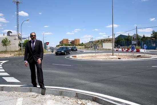 herencia rotonda con alcalde y residencia mayores al fondo - Terminada la rotonda de acceso al polígono industrial