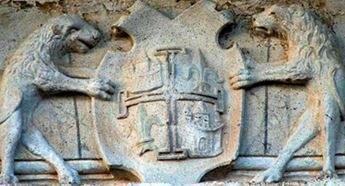 Casa de los Condes de las Cabezuelas, en la Plaza Mayor de Campo de Criptana, y detalle del escudo.