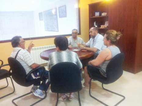 herencia reunionalcaldevecinos 465x349 - El ayuntamiento de Herencia diseña un plan de limpieza durante el verano