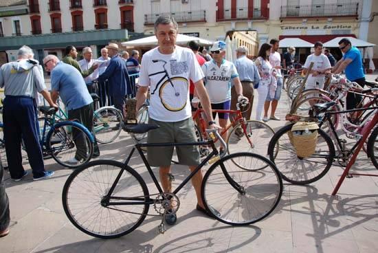Ricardo Carreño con su bici de 1903 - Un grupo de herencianos premiado en el Primer Encuentro de Bicis Clásicas de Alcázar de San Juan
