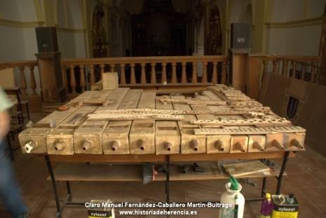 detalle de alguno de los tubos originales del organo parroquial de herencia durante su restauracion 465x311 - Datos históricos del órgano parroquial de Herencia