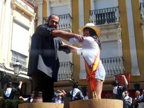 Alcalde y Reina de las Fiestas en la primera pisa de la uva