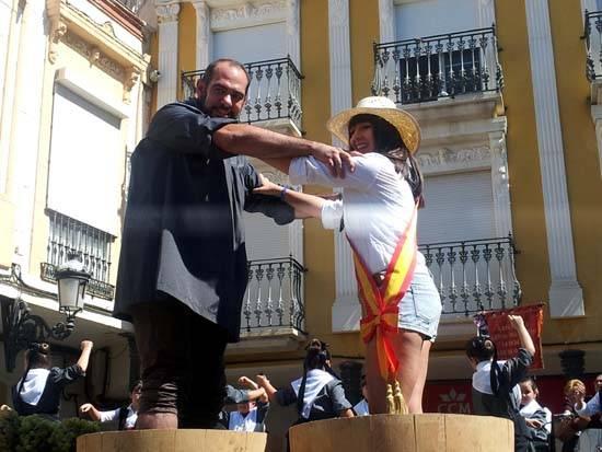 herencia pisa uva alcalde y reina fiestas - Herencia vivió con intensidad su Día del Agricultor y I Fiesta de la Vendimia