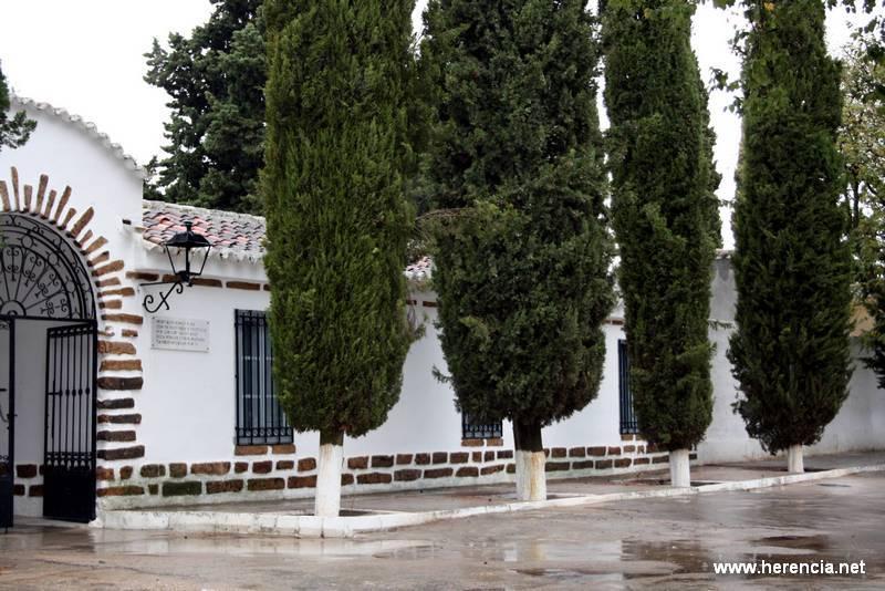 herenciacementerioentrada - El Ayuntamiento arregla el Paseo Central del Cementerio municipal para facilitar estos días el acceso a vecinos y visitantes
