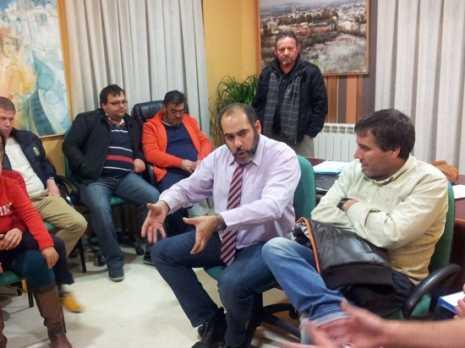 Alcalde de Herencia se reune con los hosteleros 465x348 - El ayuntamiento busca crear proyectos de desarrollo con los hosteleros