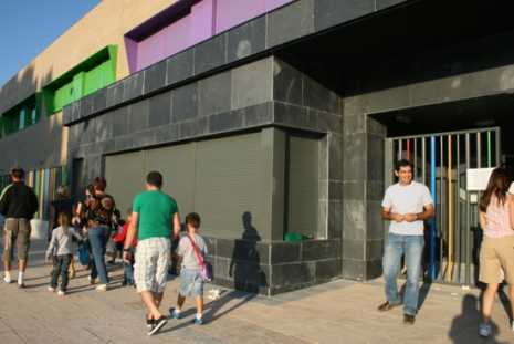 Entrada al nuevo edificio del colegio Carrasco Alcalde de Herencia 465x311 - Próxima apertura de una ludoteca muncipal y nueva ubicación para los cursos de educación de adultos