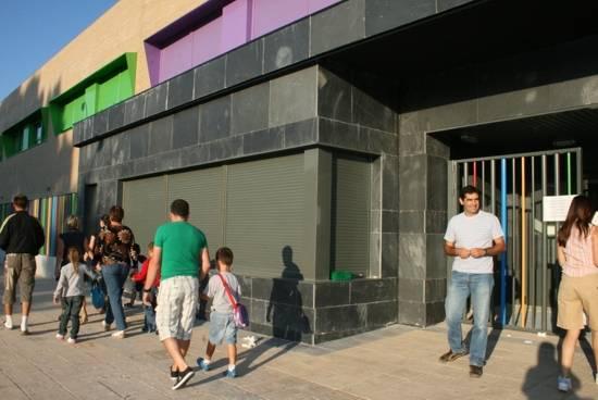 Entrada al nuevo edificio del colegio Carrasco Alcalde de Herencia - Próxima apertura de una ludoteca muncipal y nueva ubicación para los cursos de educación de adultos