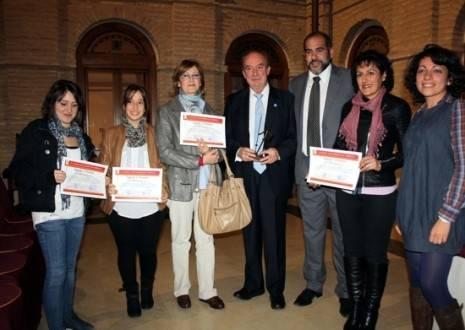 Manuel Pérez Castell, Jesús Fernández y Lola Fernández, junto a dos becadas y las madres de otras dos.