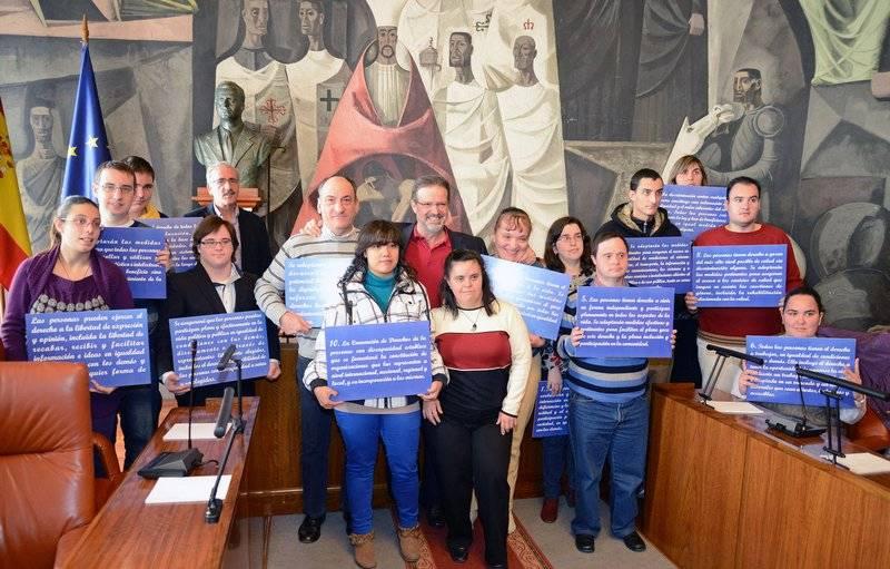Personas con discapacidad de 13 centros han expuesto sus reivindicaciones en un singular Pleno en la Diputación