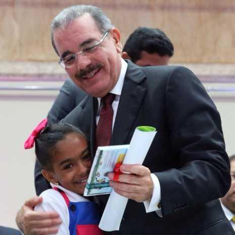 Yarahí entrega CD al Presidente 465x465 - Corito Chichigua canta para el presidente de la República Dominicana