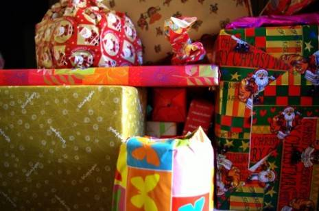 """regalos navidad moderacion 500x332 465x308 - Campaña solidaria de recogida de juguetes de la hermandad de """"El Santo"""""""