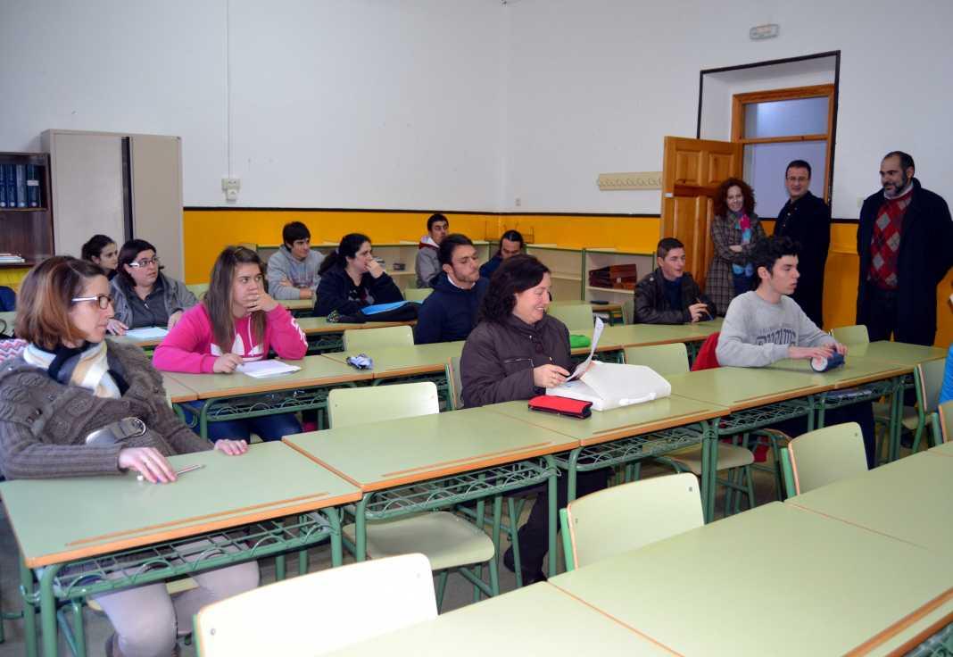 herencia adultos alumnos en examen a 1068x736 - 'La Zanja' nueva sede del centro de educación de adultos de Herencia