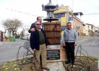 Alcalde de Herencia y representantes de la Asociación de Vecinos y de la Hermandad de San Antón, en la prensa