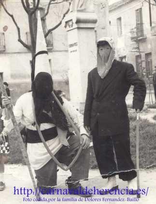 Máscaras una mañana de Carnaval en la plaza de Cervantes de Herencia,años 50.