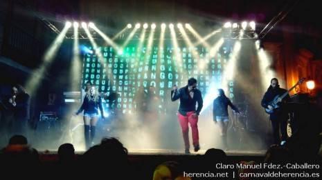 Orquesta La Isla Show durante el concierto del Sábado de los Ansiosos del Carnaval de Herencia 2014