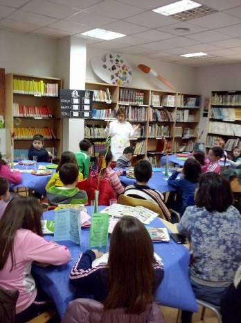Lecturante en la biblioteca municipal de Herencia 1 348x465 - Alumnos del Colegio Carraco Alcalde visitan el Lectaurante de la biblioteca municipal