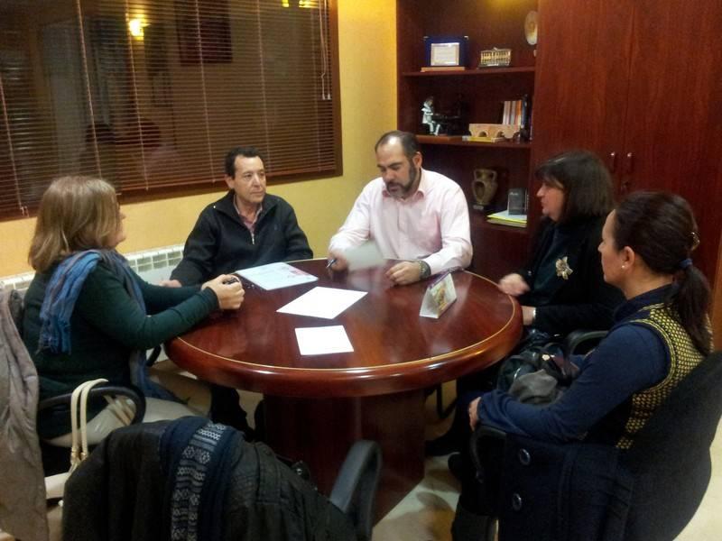 Miembros de la asociación del Comercio de Herencia reunidos con el alcalde