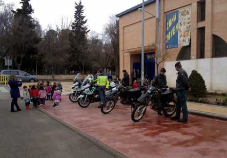herencia gcivil 4 exteriores 465x324 - Cerca de un millar de escolares de Herencia disfrutaron de una exhibición de efectivos de la Guardia Civil