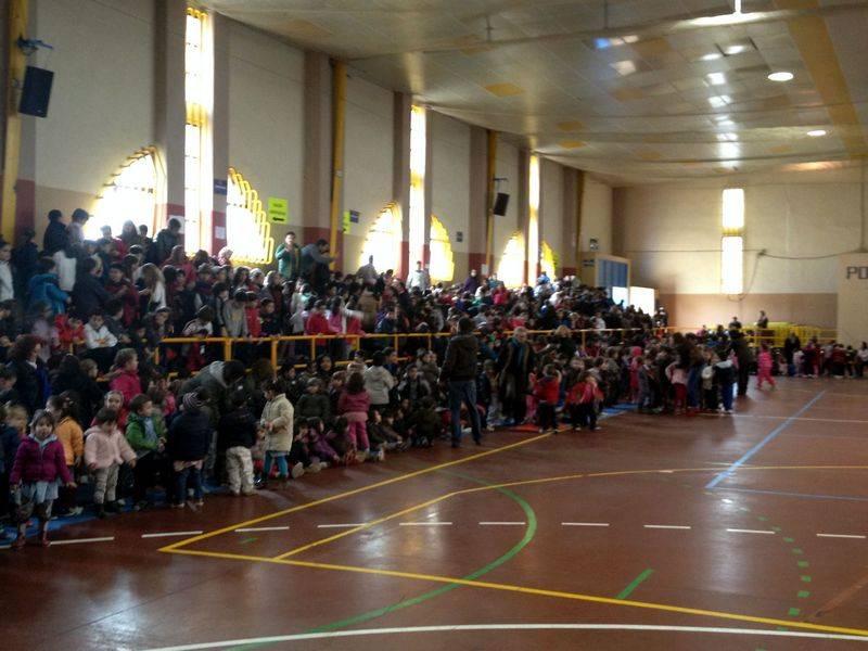 herencia gcivil dos pabellon - Cerca de un millar de escolares de Herencia disfrutaron de una exhibición de efectivos de la Guardia Civil