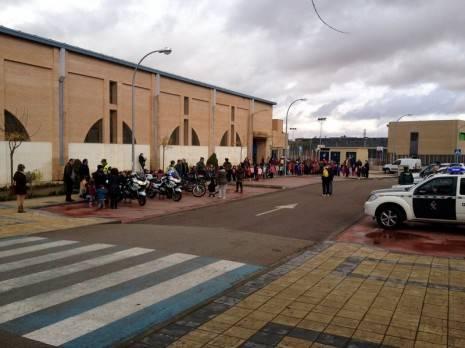 herencia guardia civil tres exteriores pabellon 465x348 - Cerca de un millar de escolares de Herencia disfrutaron de una exhibición de efectivos de la Guardia Civil