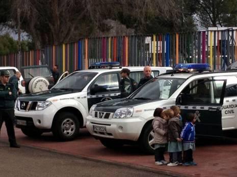 herencia guardia civil una vehiculos 465x348 - Cerca de un millar de escolares de Herencia disfrutaron de una exhibición de efectivos de la Guardia Civil