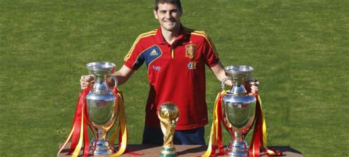 IIker casillas junto a las copas de Europa y del mundo ganadas por la selección española de fútbol