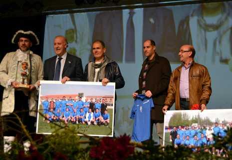 Entrega obsequio de los veteranos de fútbol de Herencia a Vicente del Bosque