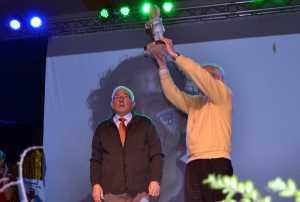 Emilio Rodríguez y el Padre Gonzalo recogen el perlé socio-cultural en nombre de Santiago Rodríguez-Palancas