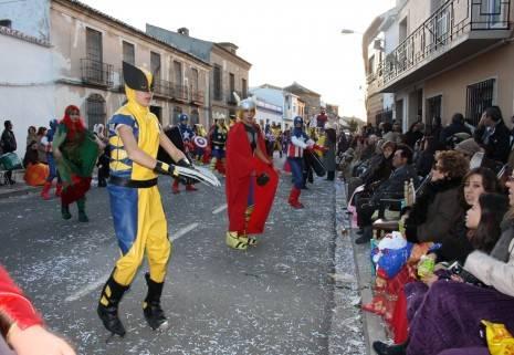 Los Imposibles desfilan durante el Ofertorio del Carnaval de Herencia