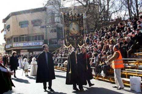 El Estandarte de Ánimas abre el desfile del Ofertorio del Carnaval de Herencia