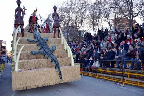 herencia rey de la selva carroza de axonxou pasa ante tribuna local 465x310 - Espectacular desfile del Ofertorio del Carnaval de Herencia que batió todos los récord de duración y participación